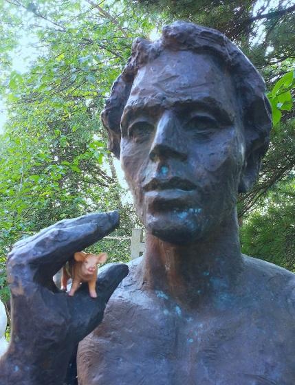 Skulpturmann med gris (1)